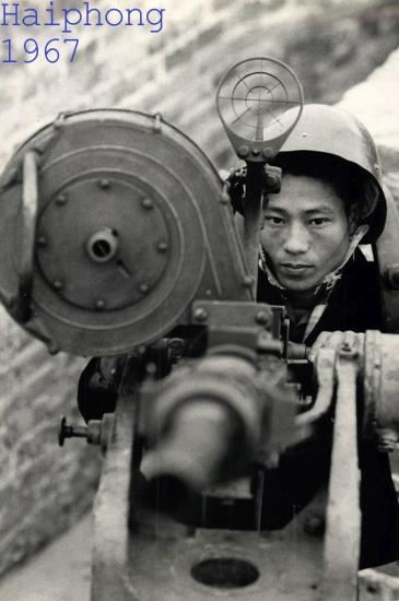 Khẩu pháo này do Mỹ sản xuất, tịch thu được từ quân Pháp tại Điện Biên Phủ, theo tiết lộ của cán bộ nhà máy.