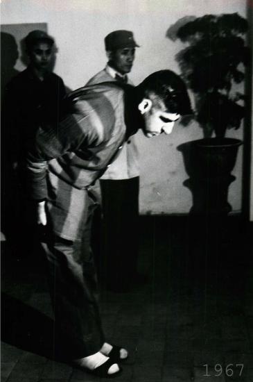 Tù binh Mỹ cúi đầu trong buổi họp báo tại Hà Nội.