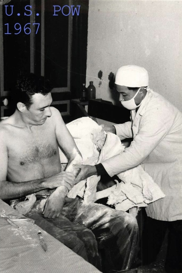 Đại úy Murphy N. Jones thuộc Không quân Mỹ (theo báo cáo mất tích hôm 30/6/1966) được một bác sĩ tháo băng bột ra khỏi cánh tay tại một nhà tù ở miền Bắc Việt Nam.