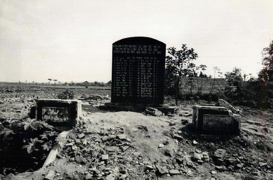 Bia tưởng niệm tại địa điểm ngôi trường bị trúng bom tại làng An Tiêm, tỉnh Thái Bình. Hai máy bay Mỹ đã thả mỗi chiếc hai quả bom vào làng này cuối năm 1966, khiến 30 trẻ em và một giáo viên tại ngôi trường trên thiệt mạng. Tên của nạn nhân được khắc trên tấm bia.