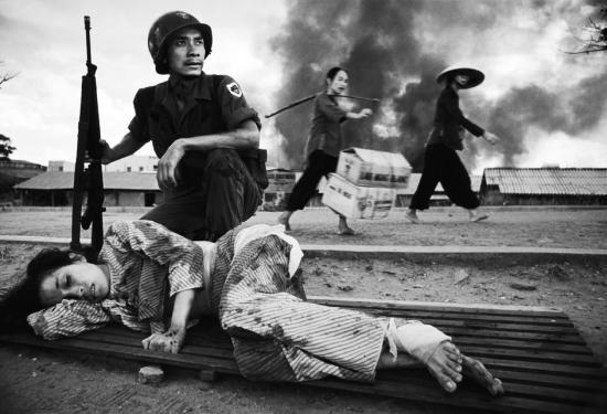 Một phụ nữ bị thương do giao tranh tại Sài Gòn năm 1968.