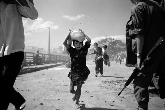 Những người di tản hoảng loạn tháo chạy trong tiếng súng nổ và khói lửa mịt mù của Sài Gòn năm 1968. Những diễn biến của cuộc chiến tại thành phố đã khiến cư dân thành thị không còn hi vọng vào lời hứa bảo đảm an toàn của những nhà lãnh đạo vốn đã mất uy tín của họ.