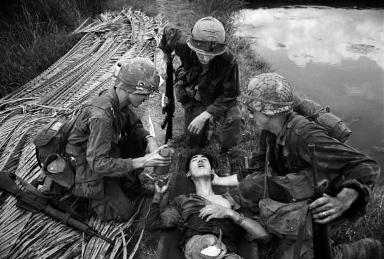 Lính Mỹ đưa nước uống cho một chiến sĩ Việt Cộng, do khâm phục tinh thần quả cảm của người này. Anh đã chiến đấu trong ba ngày với một đoạn ruột bị sổ ra, được úp trong một chiếc bát buộc ở bụng trong chiến dịch Mậu Thân 1968.