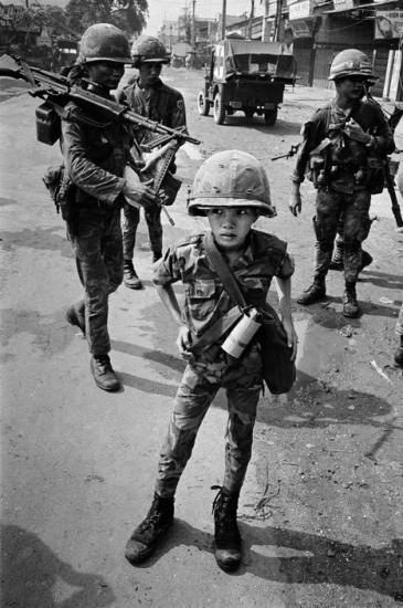 """Cậu bé này là một quân nhân của chính quyền Sài Gòn, được gọi là """"tiểu hổ"""" do đã giết chết hai cán bộ Việt Cộng, theo tin đồn là mẹ và cô giáo của cậu, 1968."""