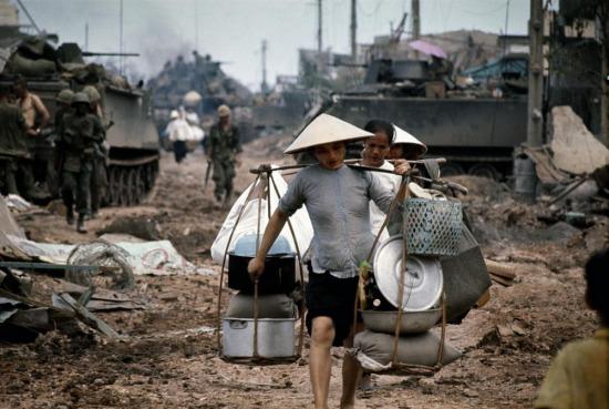 Người dân di tản giữa những chiếc xe bọc thép của quân đội Mỹ, 1968.
