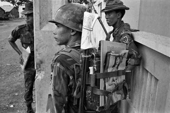 Trên hành trang chiến đấu của người lính quân lực Sài Gòn này có cả tranh ảnh khiêu dâm - loại hàng hóa được nhập ồ ạt từ Mỹ, 1968.