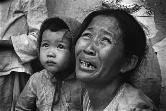Trong khi người mẹ không giấu nổi sự sợ hãi thì em bé còn quá nhỏ để có thể hiểu điều gì đang diễn ra, 1968.