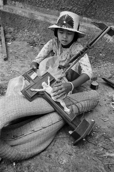 Bé gái Công giáo cùng hành trang khi di tản của mình, 1968.