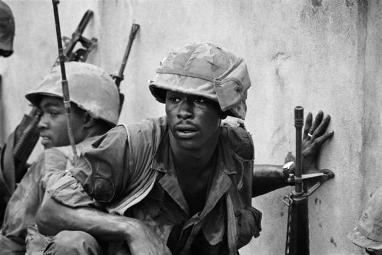 Vẻ mặt mệt mỏi của lính thủy đánh bộ Mỹ trong cuộc chiến ở Sài Gòn, 1968.