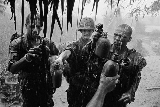 Lính Mỹ hứng nước mưa vào các bình tông cá nhân để sử dụng trong quá trình chiến đấu, 1968.