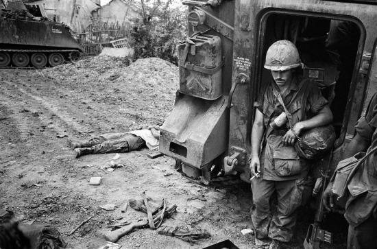 Một đơn vị của Mỹ đã chịu thương vong khi hứng đạn pháo từ chính các đồng đội của mình. Họ chỉ có thể thoát chết nếu trú ẩn trong xe bọc thép, 1968.