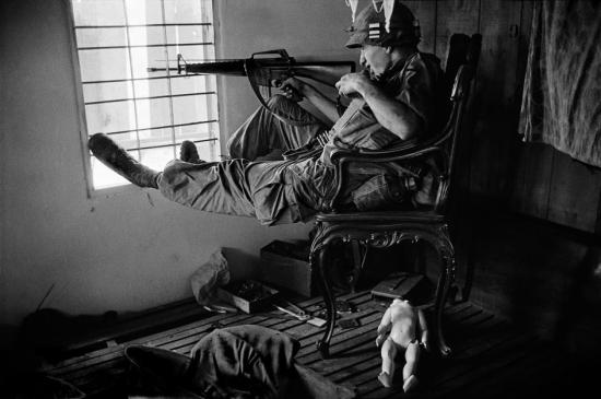 Lính bắn tỉa Mỹ trong ngôi nhà bỏ hoang ở Sài Gòn, 1968.