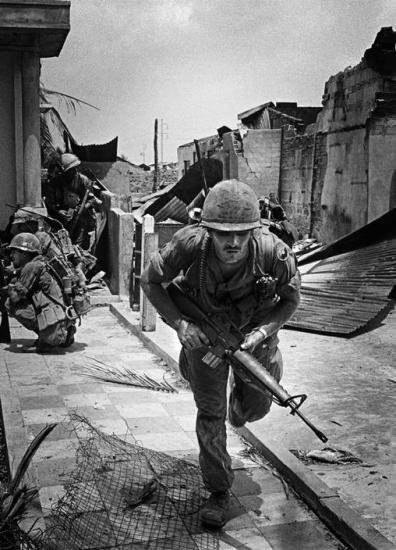 Binh sĩ Mỹ thuộc Sư đoàn bộ binh số 9 tác chiến trên đường phố Sài Gòn, 1968.