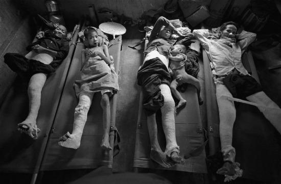 """Tại một bệnh xá ở Quảng Ngãi năm 1967, nhóm bệnh nhân nặng này không được phẫu thuật và phải đối diện với cái chết. Bác sĩ phẫu thuật duy nhất (là người Tây Ban Nha) tại đây nói trong nước mắt: """"Không thể nào phẫu thuật cho tất cả mọi người. Mỗi buổi sáng tôi đều đặt cược vào Chúa – người sẽ quyết định ai sẽ chết, và ai được tôi cho một cơ hội để sống""""."""