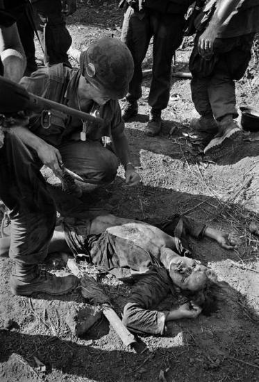 Thi thể một nạn nhân của chiến dịch tìm - diệt bị lính Mỹ hành hạ bằng dao, Quảng Ngãi 1967.