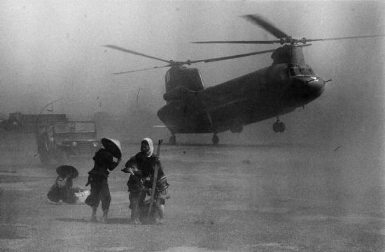 Mặt đất mịt mù cát bụi do sức gió của chiếc trực thăng Chinook, 1967.