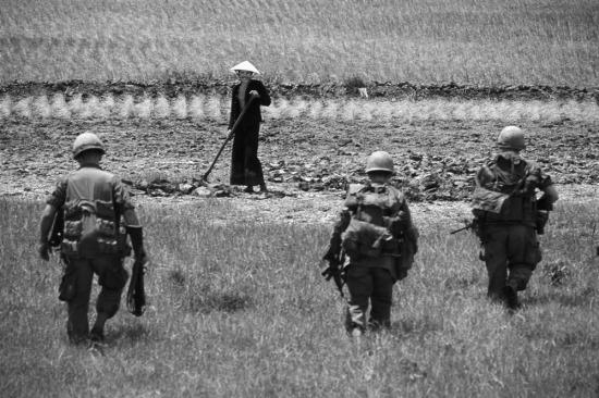 Một người nông dân cố gắng tươi cười khi lính Mỹ tiến vào thửa ruộng của ông, đồng bằng sông Cửu Long năm 1967.