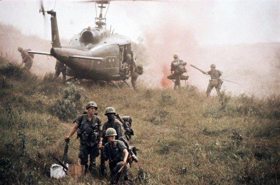 Lính Mỹ tiến hành chiến dịch ở thung lũng A Sầu (tỉnh Thừa Thiên) năm 1968. Đây là nơi 2 năm trước đã diễn ra trận Đồi Thịt Băm nổi tiếng, với những thiệt hại nặng nề của lính Mỹ.
