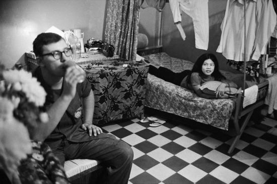 Khi rảnh rỗi, lính Mỹ ở các đô thị thường tìm kiếm lạc thú trong các tụ điểm mại dâm núp bóng quán bar, khách sạn. Hình ảnh này chụp tại Cần Thơ năm 1970.