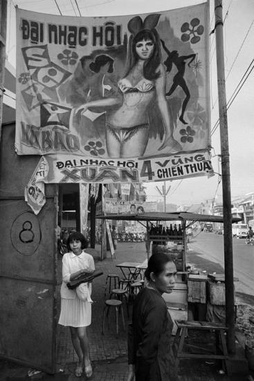 """Banner quảng cáo """"Đại nhạc hội xuân vùng 4 chiến thuật"""" của quân đội Sài Gòn trên đường Phạm Ngũ Lão, Sài Gòn 1971."""