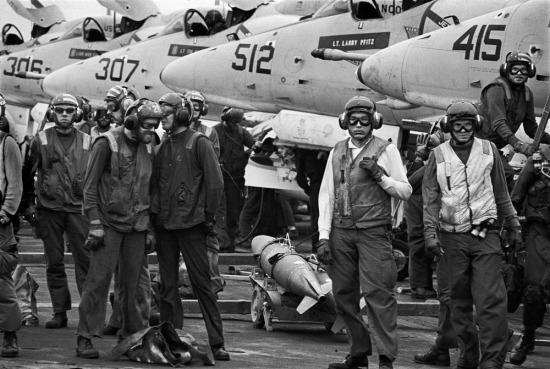 Không quân Mỹ trên tàu sân bay neo đậu ở Biển Đông trước khi tiến hành một chiến dịch không kích miền Bắc Việt Nam, 1971