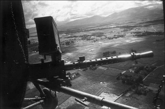 Khung cảnh nhìn từ khoang lái của trực thăng chiến đấu VNCH, 1963.
