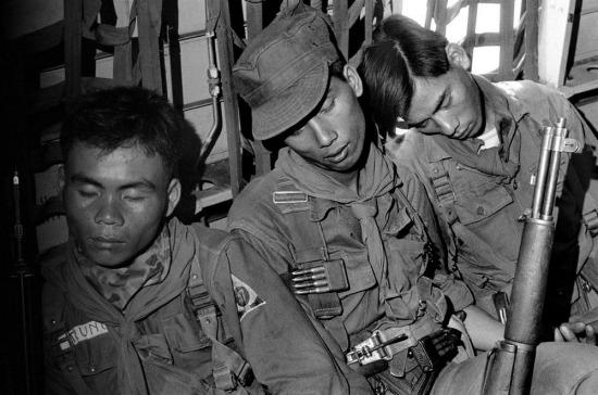 Giấc ngủ nhọc nhằn trong cabin trực thăng, 1963.