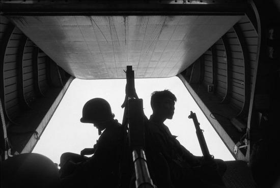 Binh lính Sài Gòn trên trực thăng quân sự trong chiến dịch đổ bộ xuống một khu vực được báo cáo có hàng trăm binh sĩ Việt Nam ẩn nấp gần Tân Hưng Đông, đồng bằng sông Cửu Long, 1963.