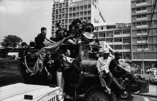 Chiếc xe chở đoàn người chuẩn bị cho năm mới Âm lịch ở Chợ Lớn, Sài Gòn, 1973.