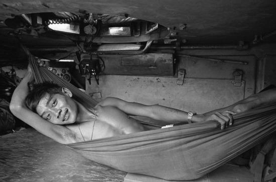 Lính Sài Gòn nghỉ ngơi trong xe tăng sau khi hút thuốc phiện, 1973.