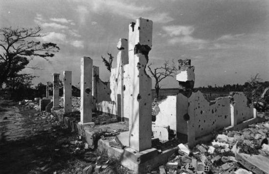 Tàn tích của một ngôi làng bị phá hủy bên đường cao tốc số 9, gần Sài Gòn, 1973.