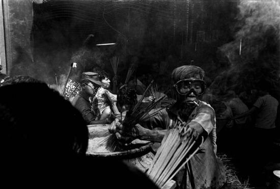 Người dân và binh lính tại một ngôi chùa ở Chợ Lớn, Sài Gòn, trước thềm năm mới Âm lịch, 1973.