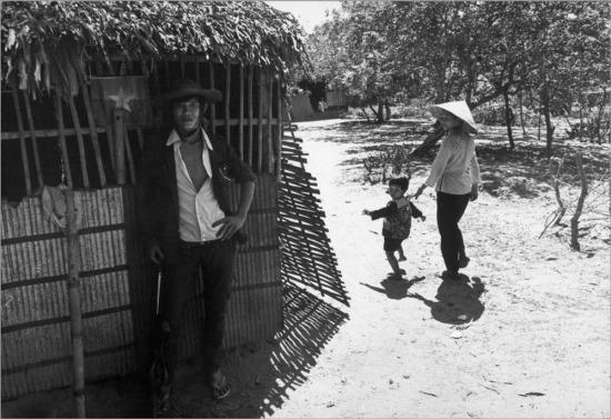 Ngôi làng nằm dưới sự kiểm soát của lực lượng Giải phóng nằm bên quốc lộ 4, gần Mỹ Tho, cách Sài Gòn khoảng 70km, 1973.