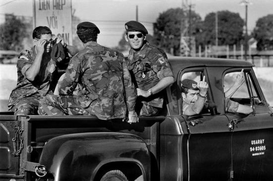 Lính Mỹ làm một cử chỉ tục tĩu với người chụp ảnh, 1973.