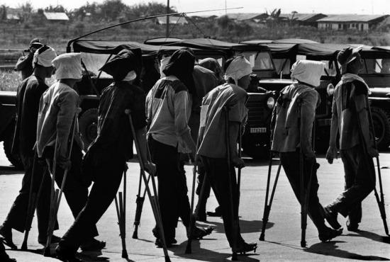 Các thương binh của miền Bắc chuẩn bị lên máy bay tại sân bay Tân Sơn Nhất để trở về Hà Nội trong hoạt động trao đổi tù binh giữa hai miền theo Hiệp định Paris 1973.