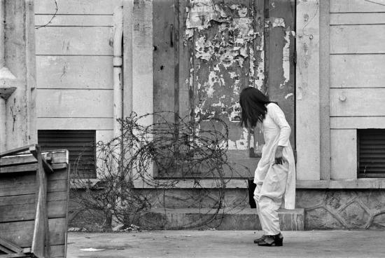 Áo dài và dây thép gai ở Sài Gòn, 1973.
