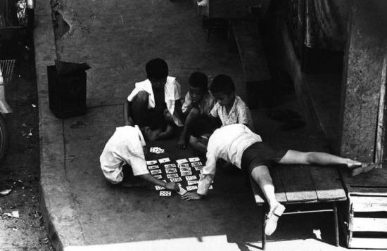 Các cậu bé chơi bài trên vỉa hè Sài Gòn, 1973.