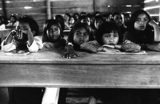 Một lớp học dành cho người Thượng gần biên giới Campuchia, 1973.