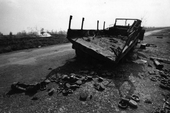 Một chiếc xe quân sự bị phá hủy do trúng đạn pháo của lực lượng Giải phóng ở Kontum, 1973.