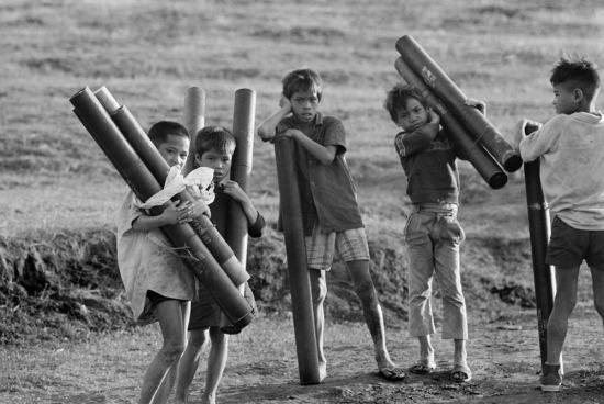 Những đứa trẻ thu nhặt vỏ đạn pháo, 1973.