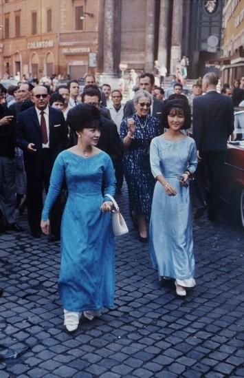 Bà Trần Lệ Xuân cùng con gái Ngô Đình Lệ Thủy tại Paris trong chuyến công du châu Âu năm 1963. Ảnh: John Leongard.