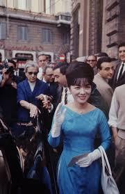 Khi xuất hiện ở nơi công cộng, bà luôn mặc kiểu áo dài cổ thuyền, khoét sâu (được gọi là áo dài Trần Lệ Xuân). Ảnh: John Leongard.