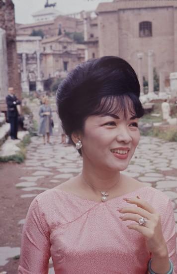 Khi tới Rome, thủ đô của Italia, bà Nhu mặc áo dài màu hồng. Ảnh: John Leongard.