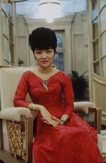 Bà Nhu mặc áo dài đỏ tại tư dinh ở Sài Gòn năm 1962. Ảnh: Larry Burrows.
