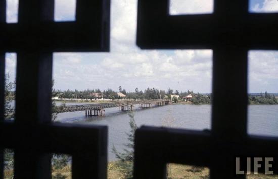 Khu phi quân sự vĩ tuyến 17 (V-DMZ) được lập ra theo Hiệp định Genève về Đông Dương năm 1954, với vai trò một giới tuyến quân sự tạm thời ngăn cắt vùng tập kết giữa một bên là các lực lượng của Việt Nam Dân chủ Cộng hòa với quân đội Pháp và các lực lượng đồng minh. Ảnh: Cầu Hiền Lương và sông Bến Hải nằm trên vĩ tuyến 17 - biểu tượng của sự chia cắt hai miền trong quá khứ, nhìn từ một tòa nhà nằm ở bờ Nam, 1966.