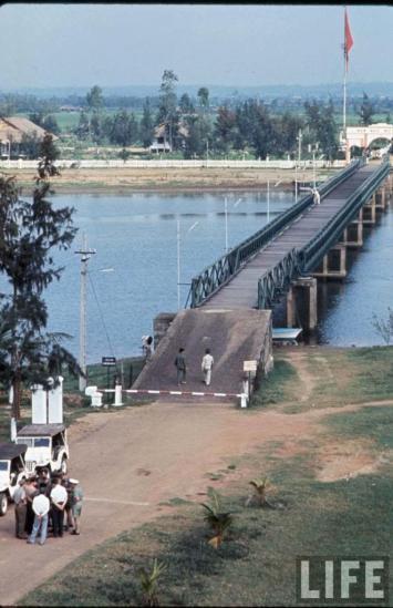 Dự kiến, đường giới tuyến tạm thời sẽ bị xóa bỏ sau cuộc tổng tuyển cử 2 năm sau đó. Tuy vậy, nó thực tế trở thành một biên giới chia cắt Việt Nam suốt thời gian chiến tranh. Ảnh: Đầu cầu phía Nam của cầu Hiền Lương, 1966.