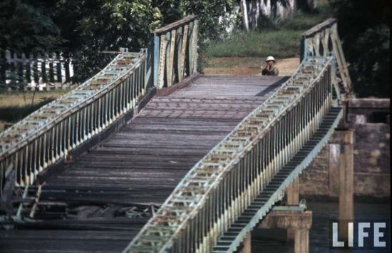 Sự ra đời của Khu phi quân sự vĩ tuyến 17 là kết quả của một cuộc đấu trí dai dẳng giữa Việt Nam Dân chủ cộng hòa và Pháp. Ảnh: Các công trình của miền Bắc ở đầu phía Bắc cầu Hiền Lương, 1966.