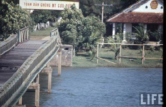 Nằm trên vĩ tuyến 17, sự ngẫu nhiên của vị trí địa lý đã khiến cầu Hiền Lương đi vào lịch sử. Cây cầu này được xây dựng năm 1952, đến năm 1967 thì bị bom Mỹ đánh sập. Ảnh: Một chiến sĩ Giải phóng đứng ở đầu Bắc của cầu Hiền Lương, năm 1966.