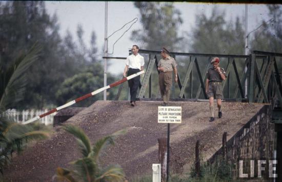 Theo hiệp định Genève, Khu phi quân sự vĩ tuyến 17 sẽ nằm dưới sự giám sát của các nhân viên quốc tế, hai bên đều không được gây nên bất cứ một hành động xung đột nào trong DMZ, hoặc từ trong DMZ ra, hoặc từ ngoài vào DMZ và phải tránh mọi thái độ hay hoạt động có thể đưa đến xung đột.