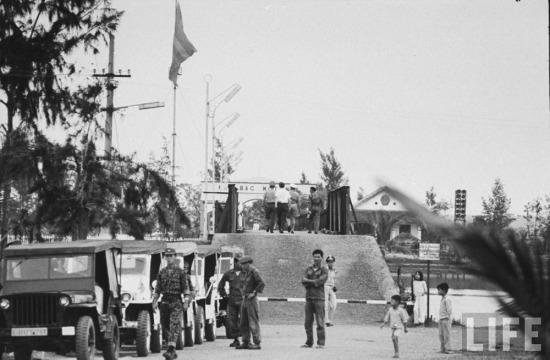 Tháng 10/1967, trước áp lực của Quân đội Giải phóng, Mỹ và chính quyền Sài Gòn đơn phương xóa bỏ đường giới tuyến quân sự tạm thời tại vĩ tuyến 17. Cầu Hiền Lương đã bị máy bay Mỹ đánh sập thời gian này.